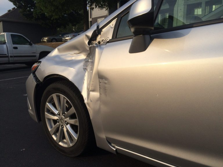 A car with damage to the front end